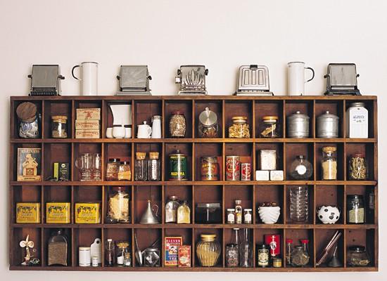 Mueble de madera hecho a medida, se lucen varios de los objetos que el